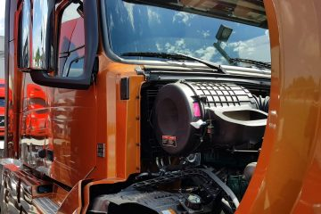 Indiana-Jacks-Informal-Tour-of-a-2016-Volvo-680-Semi-Truck